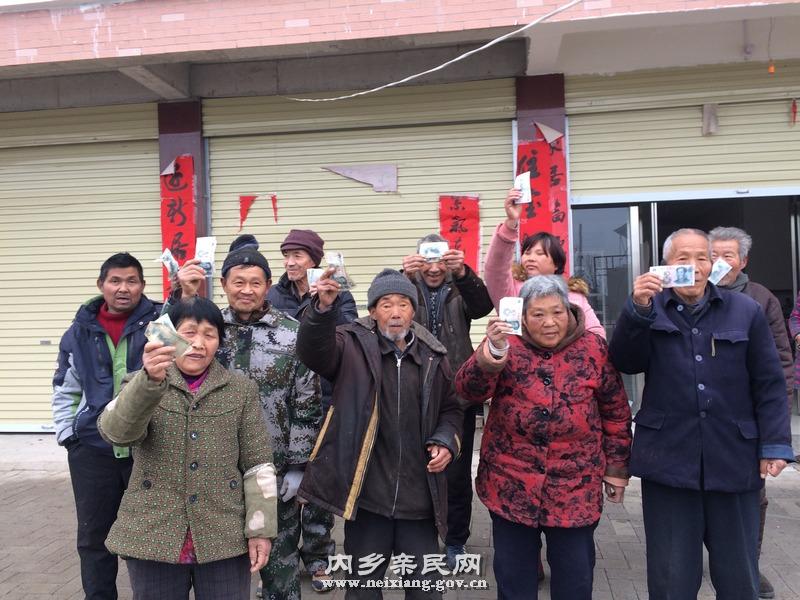 图为贫困户在王营扶贫搬迁点务工打扫卫生后直接发放报酬,王秀生在第二排左二.JPG