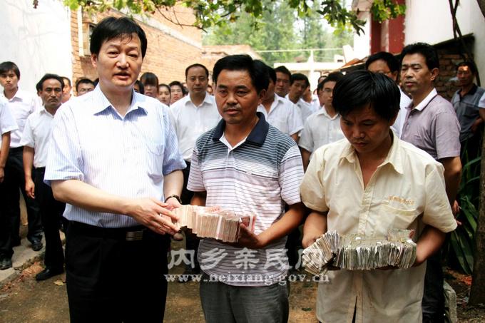 neo_img_牧原董事长秦英林带领员工向见义勇为的英雄捐款.jpg图片