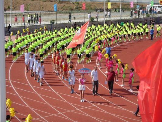 内乡初中:千人足球操表演扮靓市十五届中学生运动会